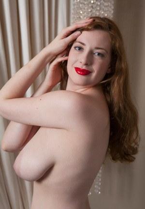 Провинциальная рыжая девушка показывает большие натуральные дойки