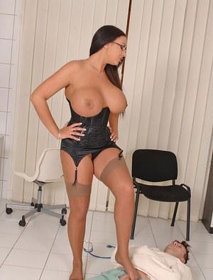 Зрелая медсестра с большими титьками возбуждает пациента стриптизом