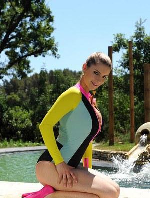 Большие дыньки молодой пловчихи дико возбудили тренера